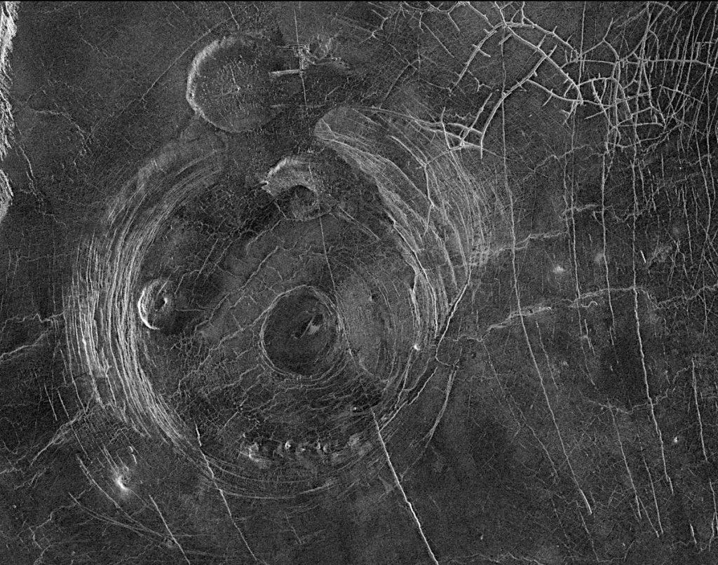巨大な円形地形コロナ。画像について詳しくはこちら。Image Credit: NASA/JPL