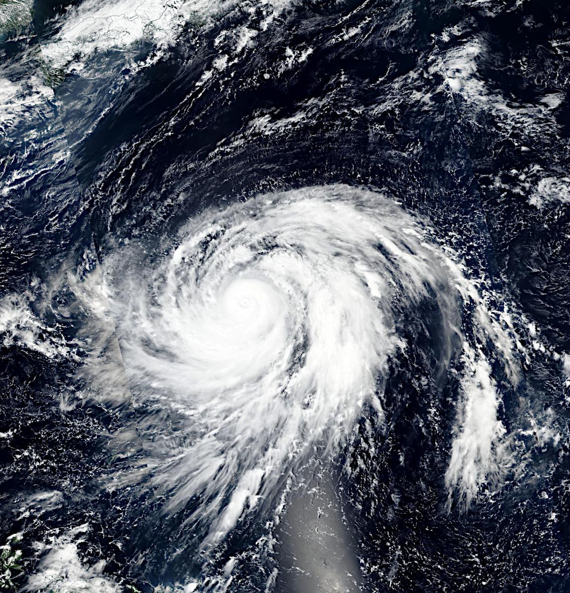 スオミNPP衛星がとらえた、日本列島に近づきつつある台風19号