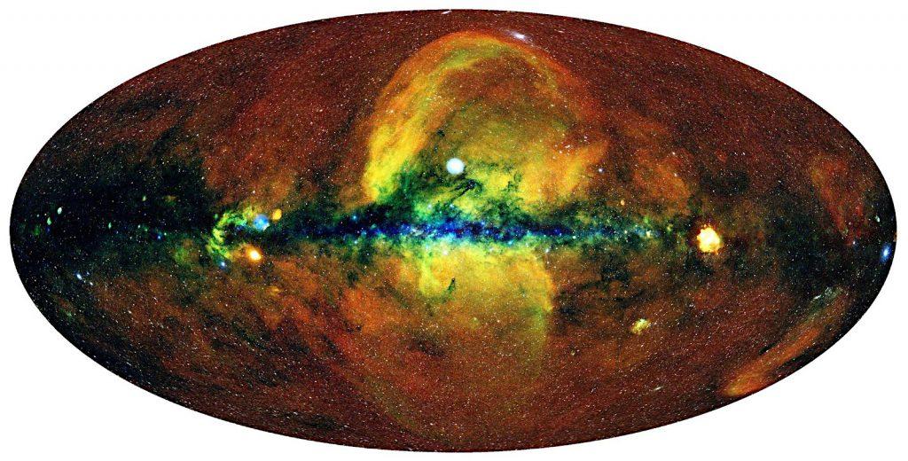 eROSITAによる全天画像。0.3〜0.6keVのエネルギーのX線を赤、0.6〜1keVを緑、1〜2.3keVを青に色付けして合成されています。Credit: MPE/IKI
