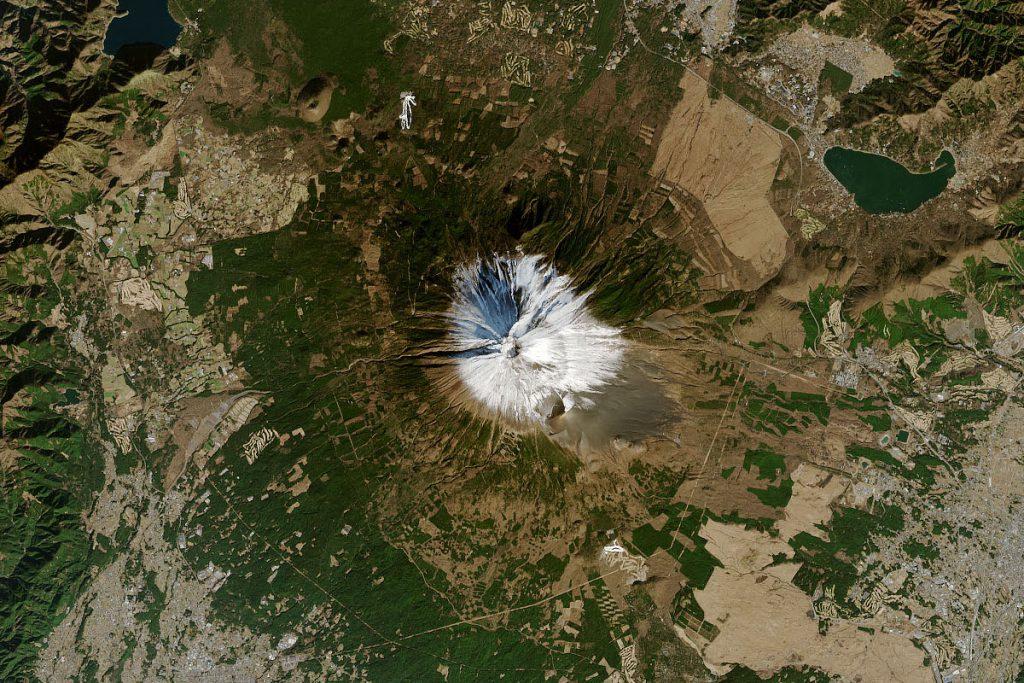 2021年1月1日に地球観測衛星ランドサット8がとらえた富士山