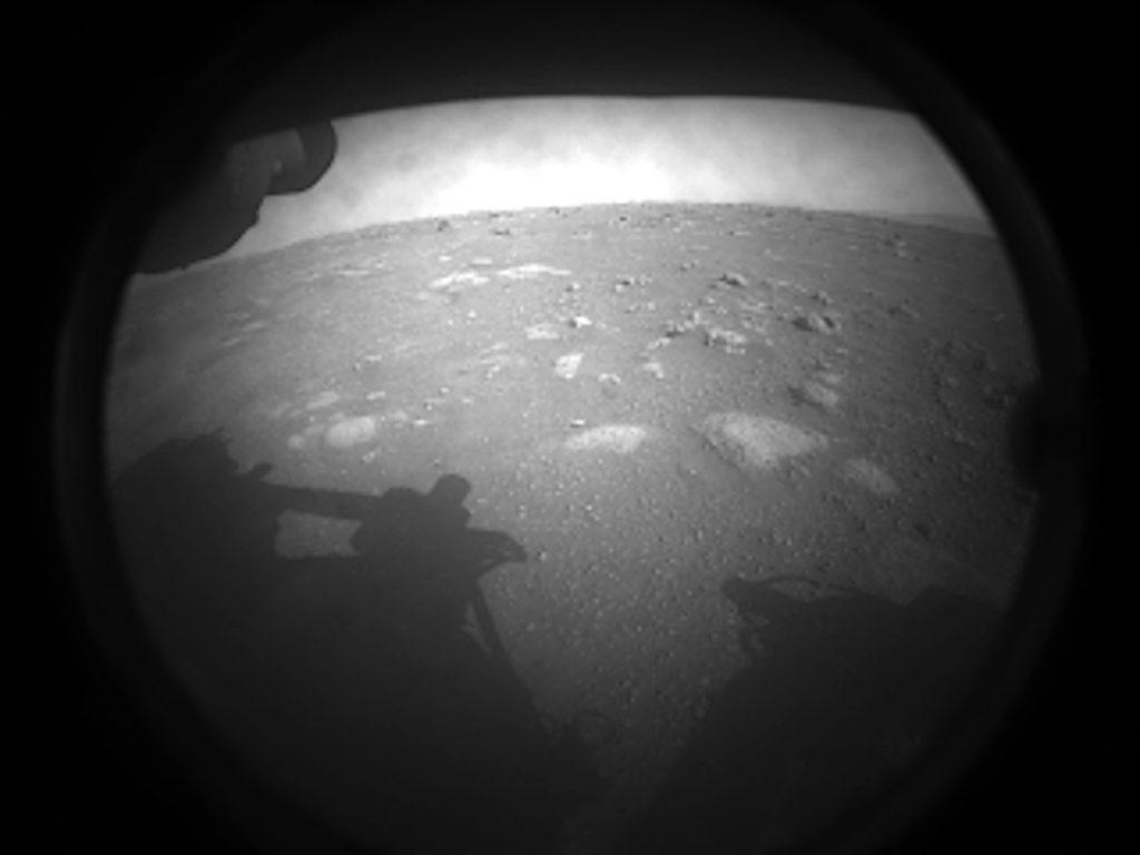 パーサヴィアランスが火星で撮影した初画像。Credit: NASA/JPL-Caltech