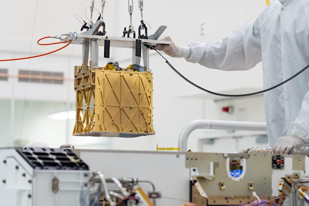 二酸化炭素から酸素を生成する実験装置MOXIE。Credit: NASA/JPL-Caltech