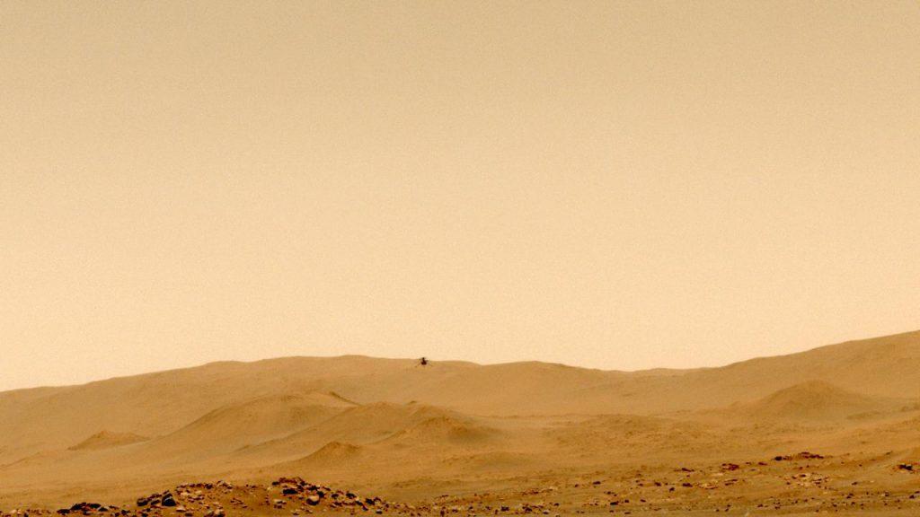5回目の飛行時に探査車パーサヴィアランスのナビゲーションカメラで撮影された画像。山の稜線付近にインジェニュイティが映っています。Credit: NASA/JPL-Caltech
