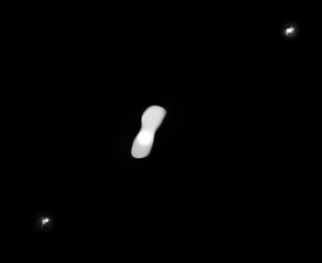 クレオパトラ(中央)と2つの衛星(右上と左下)。