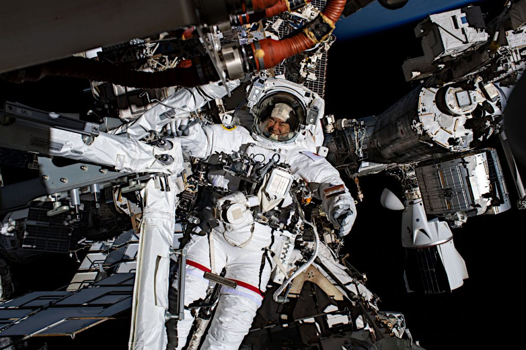 星出飛行士。右側にはスペースX社のクルードラゴンが見えています。